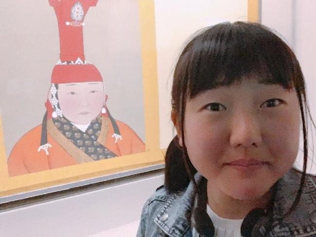 Cô gái bỗng nổi như cồn vì bắt gặp... chính mình trong bức tranh Hoàng hậu ở bảo tàng - Ảnh 2.
