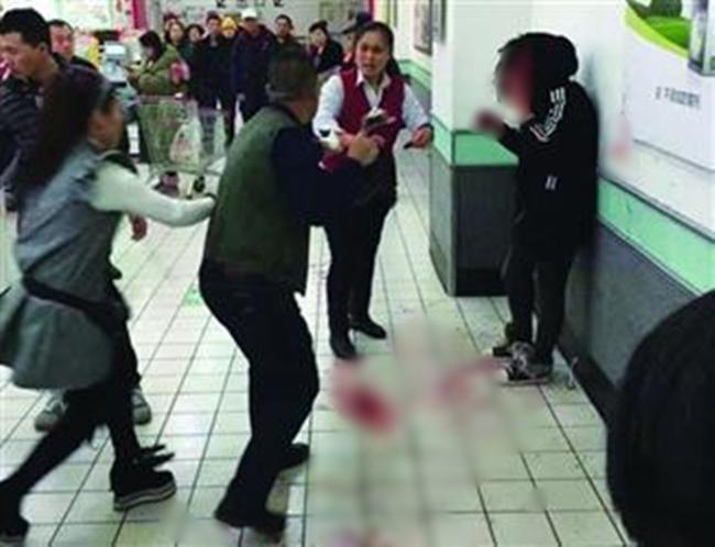 Trung Quốc: Liên mồm mắng chửi, khách hàng bị nữ thu ngân đấm vỡ mặt - Ảnh 1.