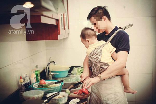 Mẹ nào vẫn vừa ẵm con vừa làm bếp sẽ rùng mình ngay khi xem hình ảnh này - Ảnh 1.
