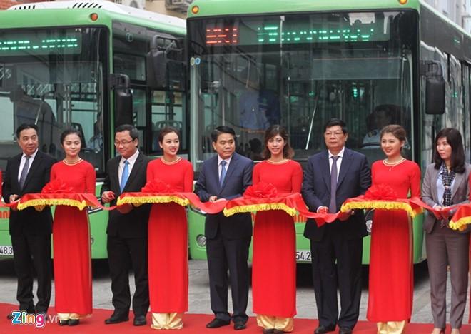 Chủ tịch Hà Nội đi buýt nhanh ngày khai trương - Ảnh 1.