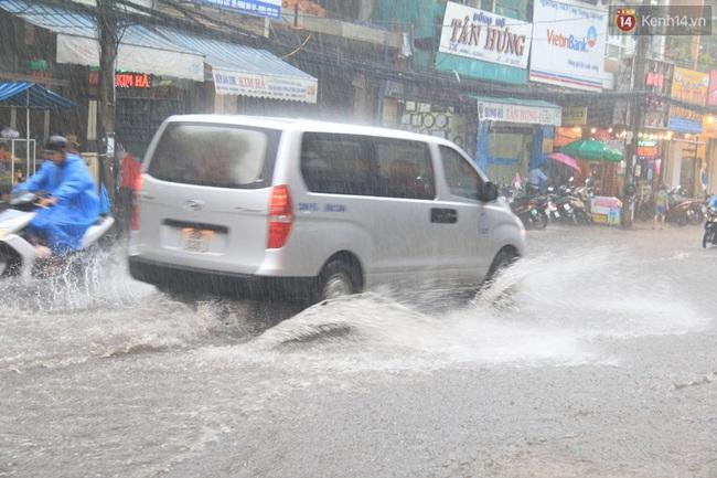 Sau Hà Nội, đến lượt người dân Đà Nẵng dắt xe bì bõm trong dòng nước ngập sau mưa - Ảnh 1.