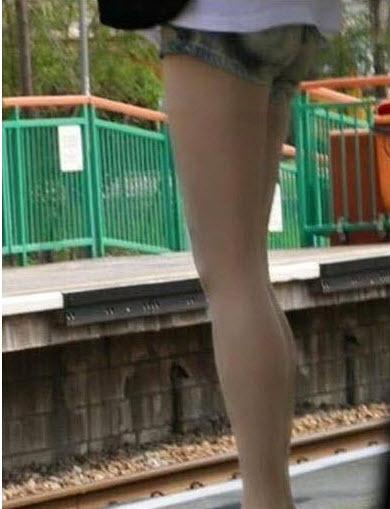 Đôi chân thon dài nuột nà khiến nửa thế giới ngã ngửa - Ảnh 1.