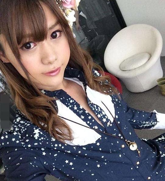 Hành động cởi áo khoe thân gây sốc của hot girl mạng xã hội - ảnh 2