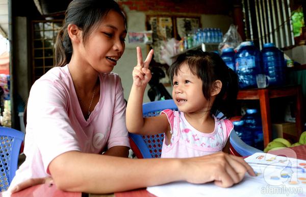 Tình tiết bất ngờ trong vụ trao nhầm con ở Bình Phước: Một gia đình nhận nuôi cả 2 bé - Ảnh 2.