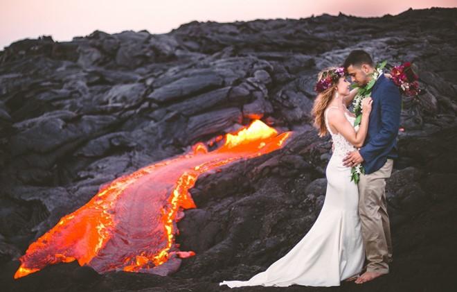 Đôi trẻ liều lĩnh chụp ảnh cưới bên miệng núi lửa - Ảnh 2.