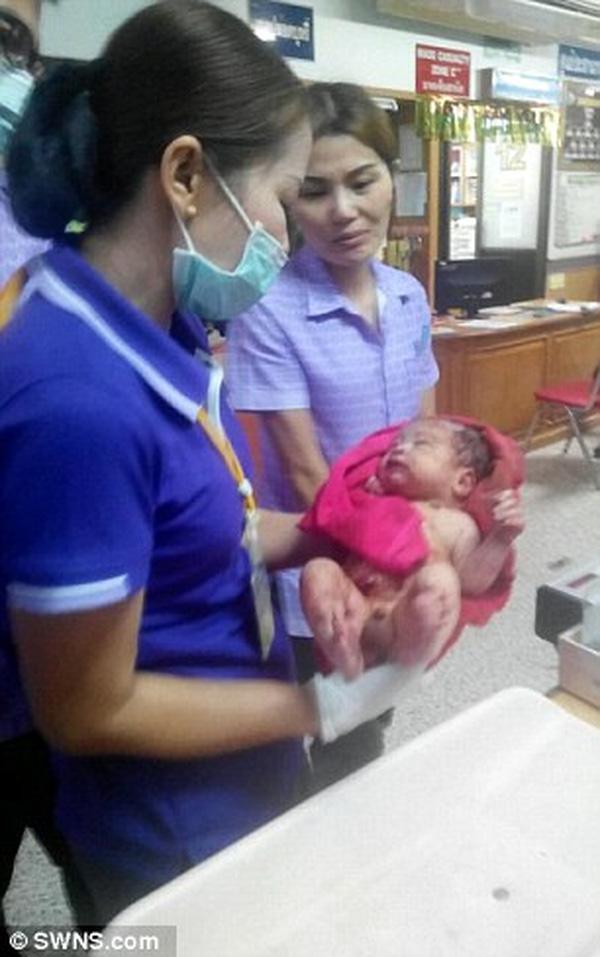 Bé trai sơ sinh bị đâm 14 nhát dao rồi chôn sống ở Thái Lan giờ ra sao? - Ảnh 3.