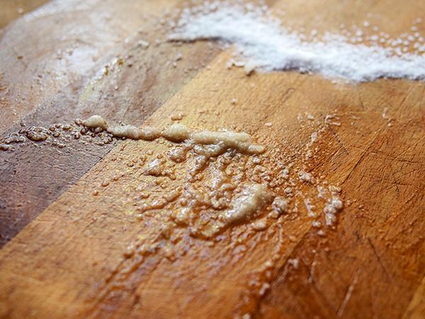 Cứ lấy chanh và muối chà lên thớt gỗ rồi bạn sẽ hiểu công dụng - Ảnh 3.