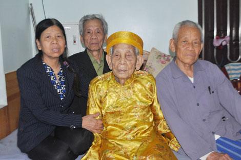 Gặp cụ ông 105 tuổi có bàn chân Giao Chỉ - Ảnh 2.