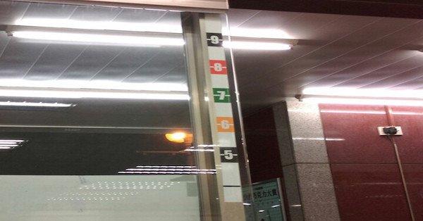 Công dụng bí mật của những con số dán trên cửa ra vào của các cửa hàng tiện lợi - Ảnh 3.