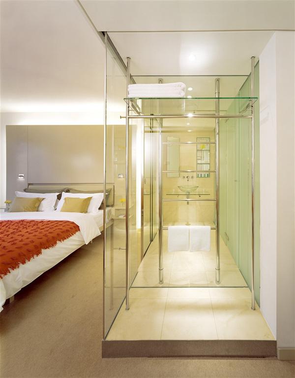 Tại sao nhiều phòng tắm khách sạn lại làm tường kính trong suốt? - Ảnh 3.