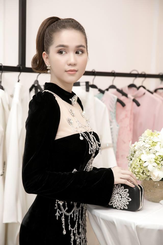 """Chiếc đầm """"già như mợ"""" của Ngọc Trinh bị nghi lấy cảm hứng từ Moschino - hình ảnh 3"""