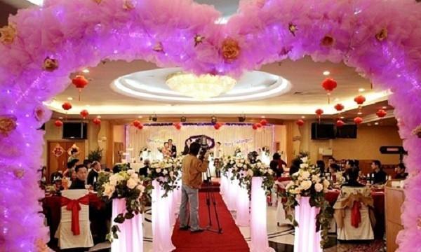 Chú rể 24 tuổi làm đám cưới với mẹ ruột của bạn thân - Ảnh 2.