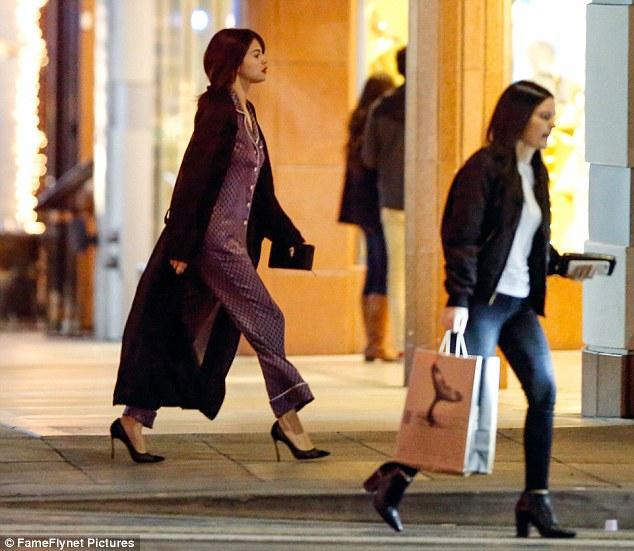 Selena Gomez chứng minh: Đã đẹp thì mặc đồ ngủ ra đường cũng đẹp! - Ảnh 3.