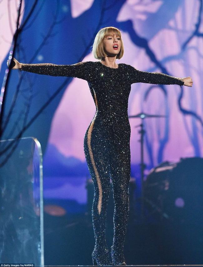 Tuổi 27 của Taylor Swift: Chia tay 2 bạn trai, bị vạch mặt giả dối và thành công nhất showbiz - Ảnh 1.