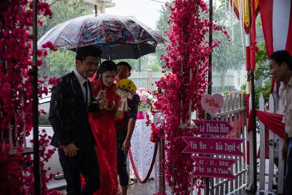 Ảnh đám cưới quê kiểu phóng sự thật như đếm vào ngày cúp điện, mưa gió có 1-0-2  - Ảnh 22.