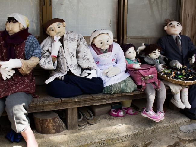 Những con búp bê thay thế người chết trong ngôi làng kỳ lạ - Ảnh 3.