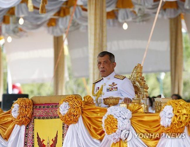 Đây chính là hình ảnh người thừa kế Hoàng gia Thái Lan trong lần ra nước ngoài gần đây - Ảnh 3.
