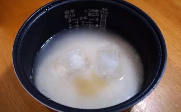 Có thể bạn không tin nhưng hãy thử bỏ 2, 3 viên đá lạnh vào nồi cơm như người Nhật vẫn hay làm - Ảnh 3.