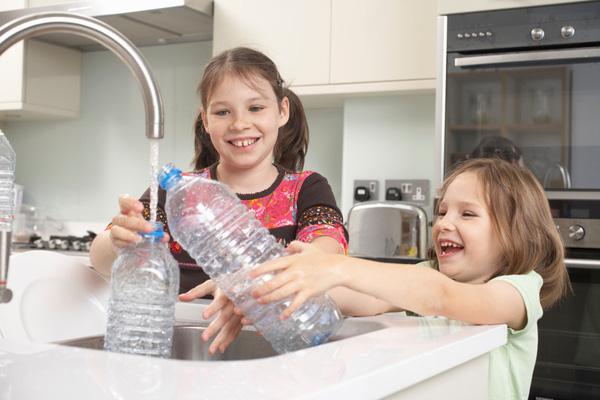 Chính vì thói quen này khi sử dụng nước đóng chai đã khiến nhiều người tự rước nguy cơ ung thư cho mình - Ảnh 3.