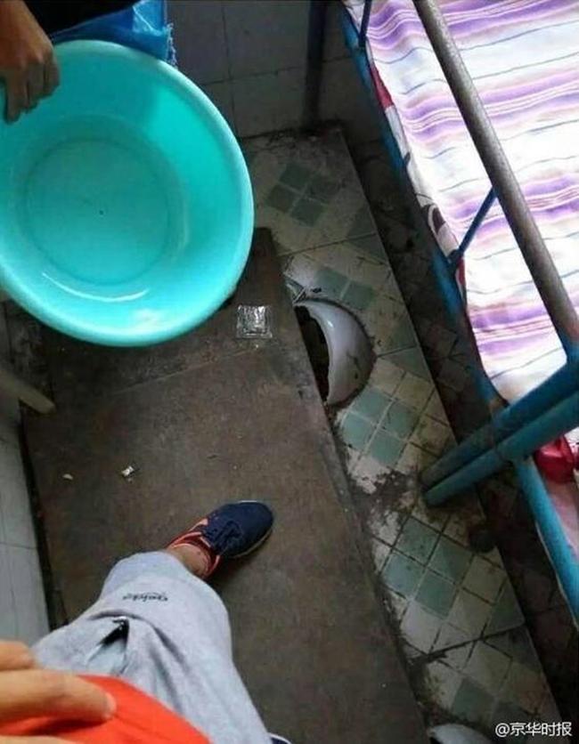 Trường học gây sốc khi cải tạo nhà vệ sinh thành phòng ngủ tồi tàn, tạm bợ cho học sinh - Ảnh 3.
