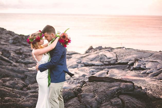 Đôi trẻ liều lĩnh chụp ảnh cưới bên miệng núi lửa - Ảnh 3.