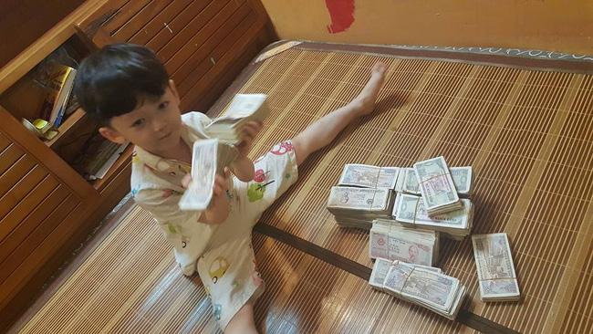 Hai cậu bé đập ống heo để gửi cho chú Phan Anh là hình ảnh đáng yêu nhất hôm nay! - Ảnh 4.
