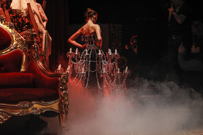 """Chiếc đầm """"già như mợ"""" của Ngọc Trinh bị nghi lấy cảm hứng từ Moschino - hình ảnh 4"""