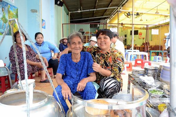 80 năm thăng trầm, gánh cháo lòng dồi chiên trứ danh đường Cô Giang vẫn hút hồn người Sài Gòn - Ảnh 4.