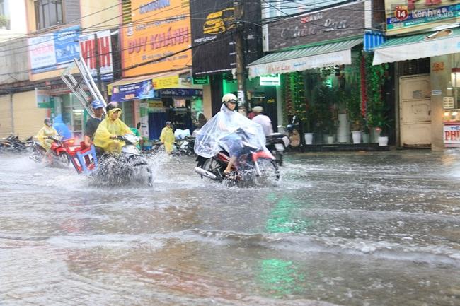 Sau Hà Nội, đến lượt người dân Đà Nẵng dắt xe bì bõm trong dòng nước ngập sau mưa - Ảnh 3.