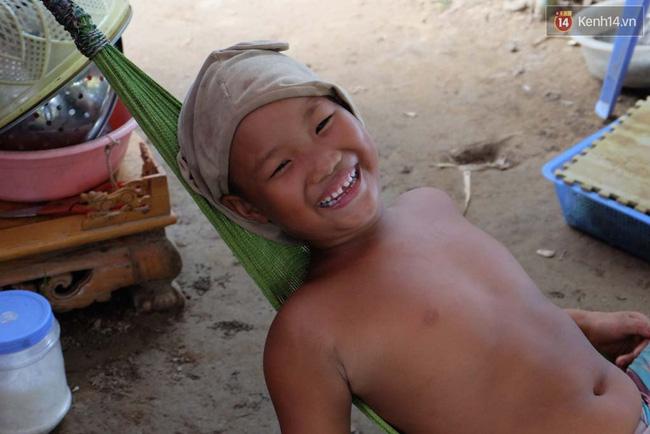 Cô bé 7 tuổi trong gia đình dị nhân quanh năm cởi truồng ở bãi sông Hồng: Con muốn đi học lắm! - Ảnh 4.