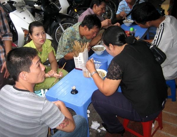 Hàng ngàn người Hà Nội ăn nước phở bẩn mỗi sáng - Ảnh 4.