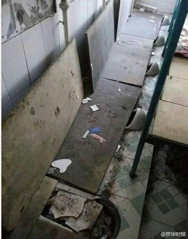 Trường học gây sốc khi cải tạo nhà vệ sinh thành phòng ngủ tồi tàn, tạm bợ cho học sinh - Ảnh 4.
