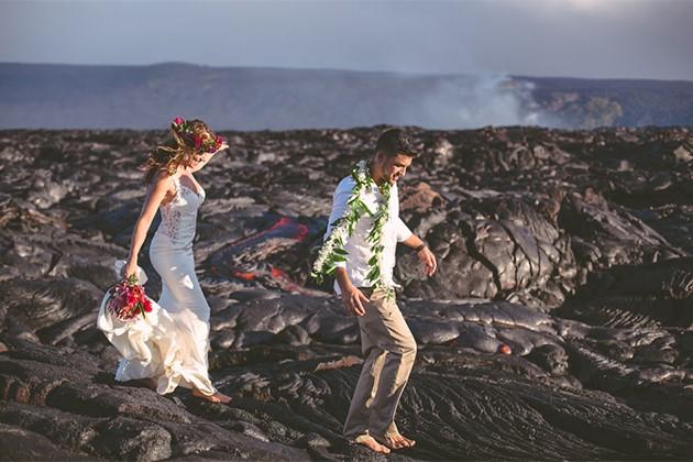 Đôi trẻ liều lĩnh chụp ảnh cưới bên miệng núi lửa - Ảnh 4.
