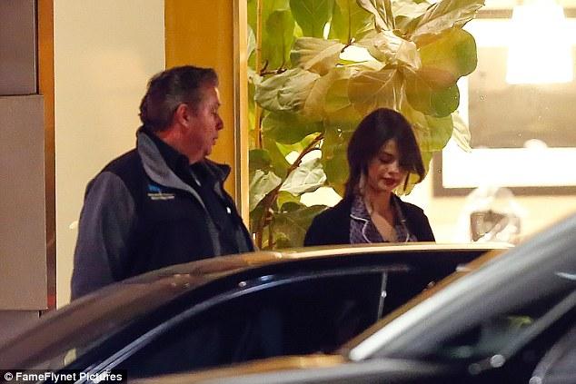 Selena Gomez chứng minh: Đã đẹp thì mặc đồ ngủ ra đường cũng đẹp! - Ảnh 5.