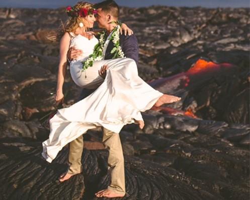 Đôi trẻ liều lĩnh chụp ảnh cưới bên miệng núi lửa - Ảnh 5.