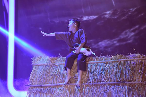 """Hát về nỗi đau mất chị gái, """"cậu bé nghèo"""" khiến Hoài Linh phát khóc - Ảnh 6."""
