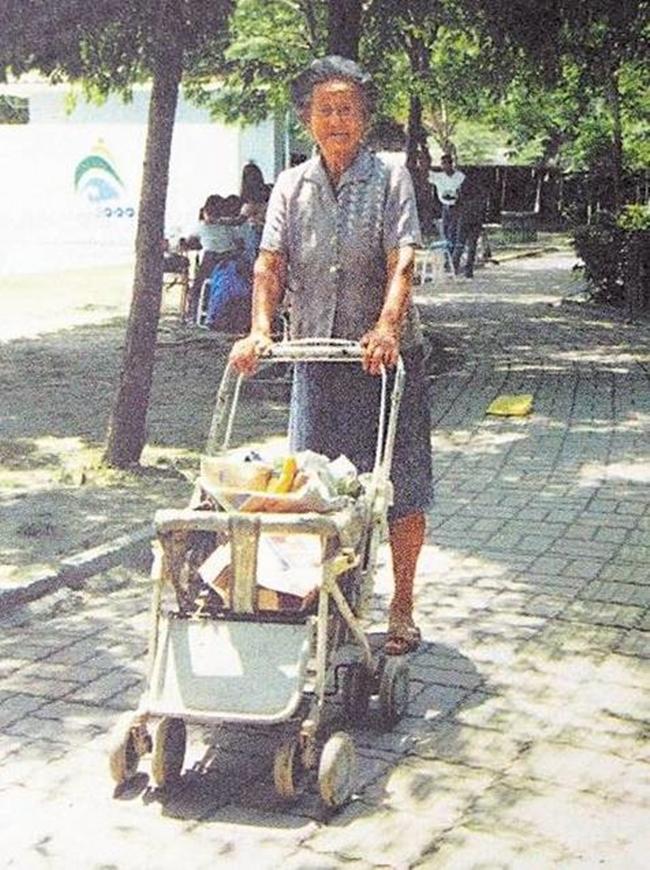 Làm ăn thua lỗ suốt 55 năm trời, nhưng khi cụ bà này qua đời, hàng nghìn người đã tới đưa tang và nguyên nhân khiến bạn rơi lệ - Ảnh 6.