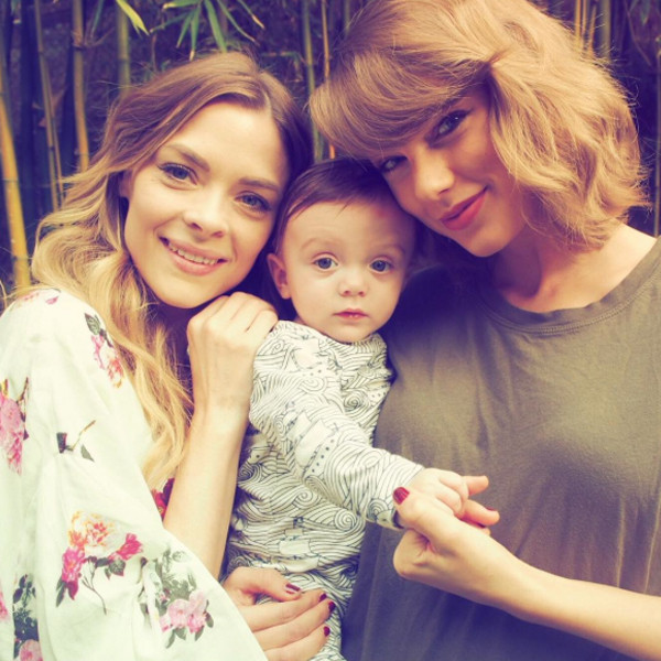 Tuổi 27 của Taylor Swift: Chia tay 2 bạn trai, bị vạch mặt giả dối và thành công nhất showbiz - Ảnh 4.