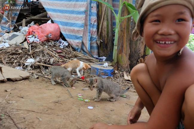 Cô bé 7 tuổi trong gia đình dị nhân quanh năm cởi truồng ở bãi sông Hồng: Con muốn đi học lắm! - Ảnh 6.