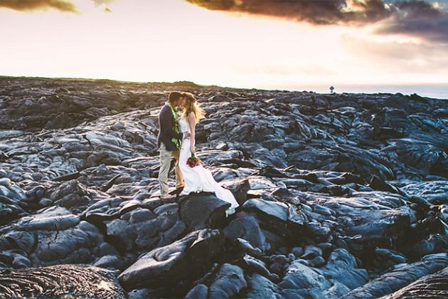 Đôi trẻ liều lĩnh chụp ảnh cưới bên miệng núi lửa - Ảnh 7.