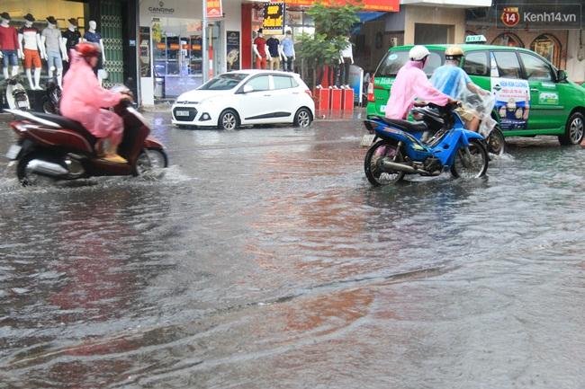 Sau Hà Nội, đến lượt người dân Đà Nẵng dắt xe bì bõm trong dòng nước ngập sau mưa - Ảnh 7.