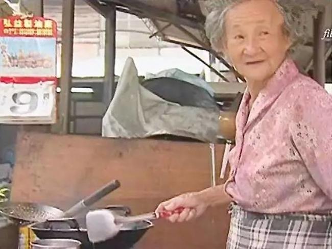 Làm ăn thua lỗ suốt 55 năm trời, nhưng khi cụ bà này qua đời, hàng nghìn người đã tới đưa tang và nguyên nhân khiến bạn rơi lệ - Ảnh 9.