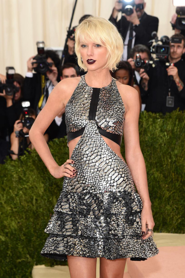 Tuổi 27 của Taylor Swift: Chia tay 2 bạn trai, bị vạch mặt giả dối và thành công nhất showbiz - Ảnh 7.