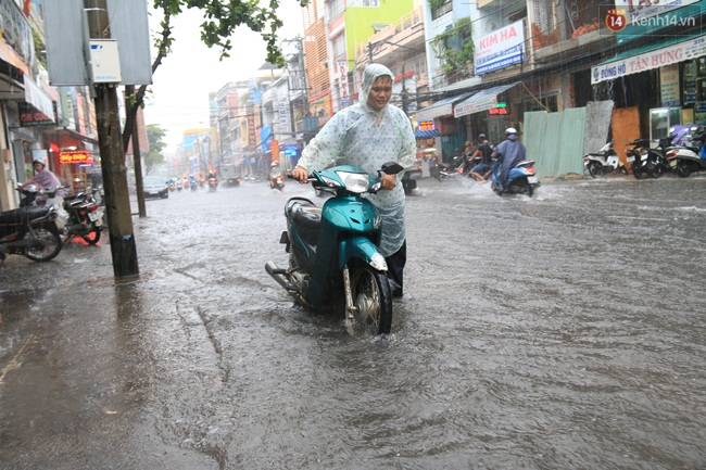 Sau Hà Nội, đến lượt người dân Đà Nẵng dắt xe bì bõm trong dòng nước ngập sau mưa - Ảnh 8.