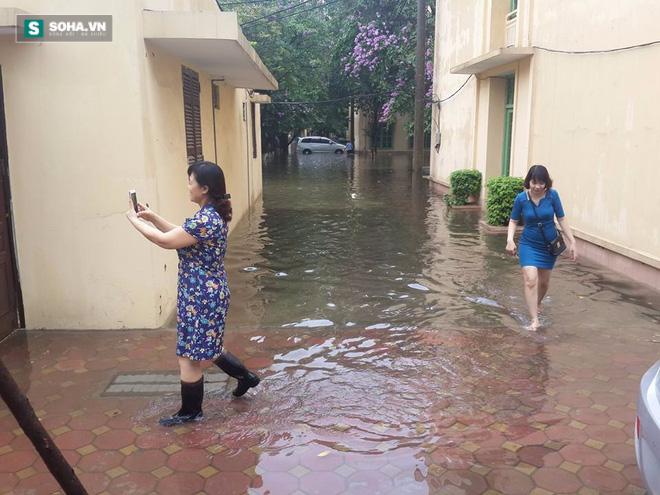 [ẢNH] Hà Nội ngập nặng sau trận mưa liên tục suốt đêm - Ảnh 30.