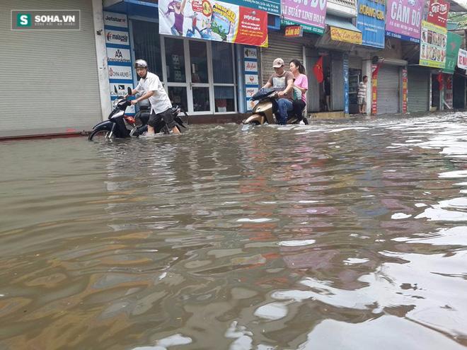 [ẢNH] Hà Nội ngập nặng sau trận mưa liên tục suốt đêm - Ảnh 26.