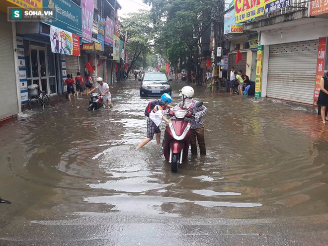 [ẢNH] Hà Nội ngập nặng sau trận mưa liên tục suốt đêm - Ảnh 28.
