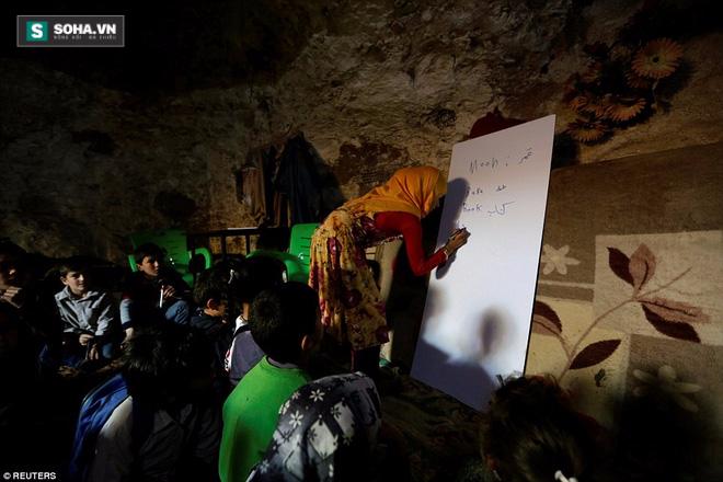 Cận cảnh lớp học dã chiến của trẻ em Syria trong thời kỳ bom đạn - Ảnh 1.