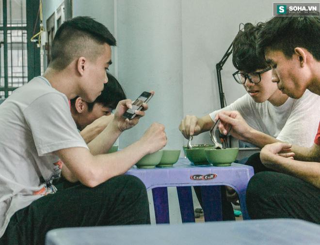 Quán tào phớ 20 năm mà thế hệ học trò trường Yên Hòa nào cũng nhớ - Ảnh 5.