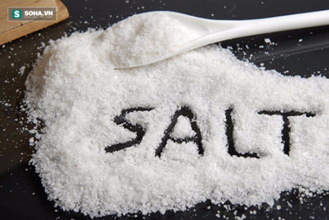 Cảnh báo tác hại quá lớn khi cho trẻ ăn nhiều muối - Ảnh 1.